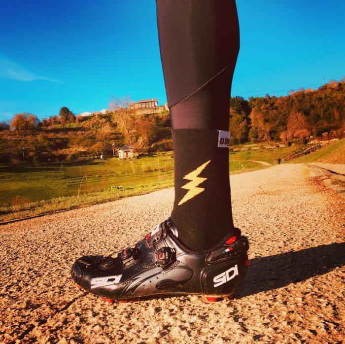 calcetines-de-ciclismo-altos-para-ciclista-lightning-negro-mooquer-real