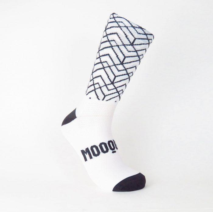 calcetines-de-ciclismo-altos-para-ciclista-pave-roubeaix-blanco-mooquer-frontal