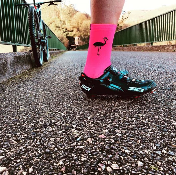 calcetines-de-ciclismo-flamingos-ropa-ciclista-calcetines-altos-outside